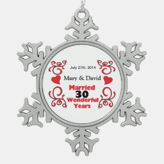 赤いスクロール及びハートの名前は及び30 Yr記念日に日付を記入します スノーフレークピューターオーナメント