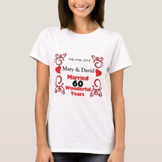 赤いスクロール及びハートの名前は及び60 Yr記念日に日付を記入します Tシャツ