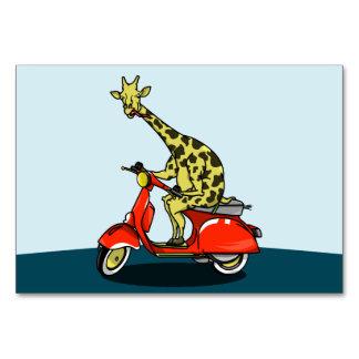 赤いスクーターに乗っているキリン カード