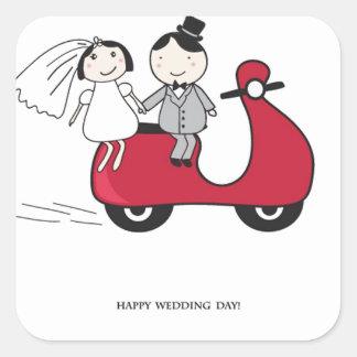 赤いスクーターの新郎新婦。 結婚式の招待状 スクエアシール