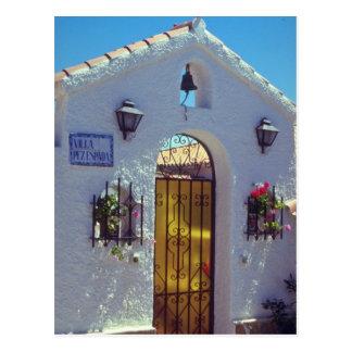赤いスペイン人のスタイルのドア、Marbellaの花 ポストカード