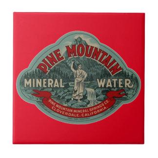 赤いタイルのヴィンテージのマツ山の天然水の広告 タイル
