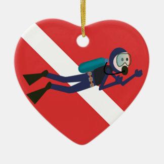 赤いダイビングの旗のギフトを持つかわいくおもしろいなスキューバダイバー セラミックオーナメント