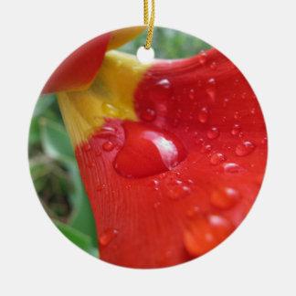 赤いチューリップの花弁の低下 陶器製丸型オーナメント