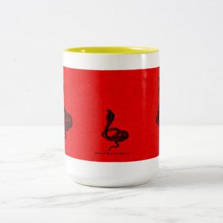 赤いデザインのエジプトのコブラ ツートーンマグカップ