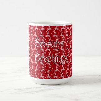 赤いトナカイの雪片パターン コーヒーマグカップ