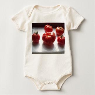 赤いトマトのTシャツ ベビーボディスーツ
