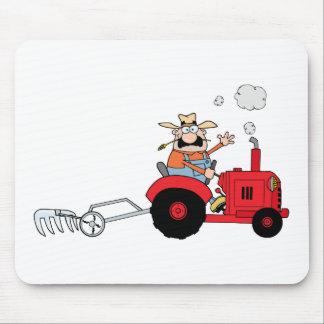 赤いトラクターを運転している漫画の農家 マウスパッド