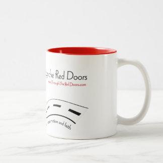 赤いドアのマグを通して ツートーンマグカップ