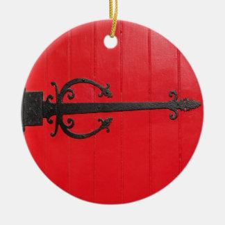 赤いドアの後ろか。 セラミックオーナメント
