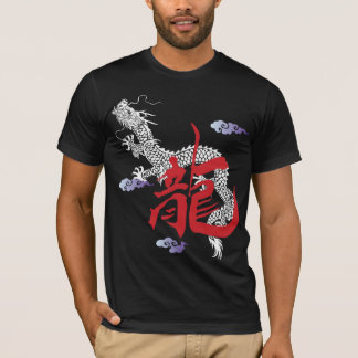 赤いドラゴンの人のTシャツ Tシャツ