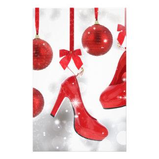 赤いハイヒールおよびクリスマスの球および赤いリボン 便箋