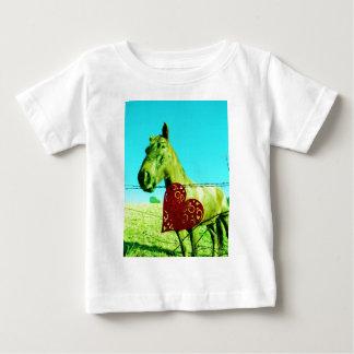 赤いハートおよび馬 ベビーTシャツ