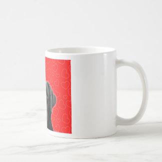 赤いハートとの黒いラブラドール コーヒーマグカップ