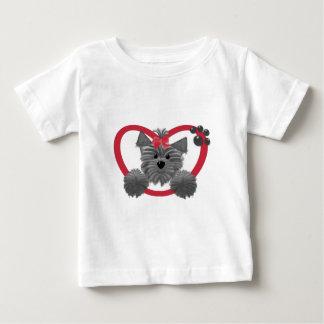 赤いハートのシャギーな子犬 ベビーTシャツ