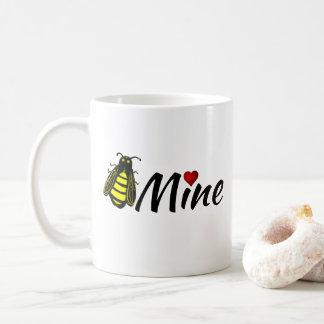 赤いハートのバレンタインを持つ蜂鉱山のかわいい蜜蜂 コーヒーマグカップ