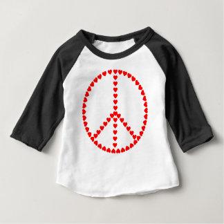 赤いハートの円形のピースサイン ベビーTシャツ