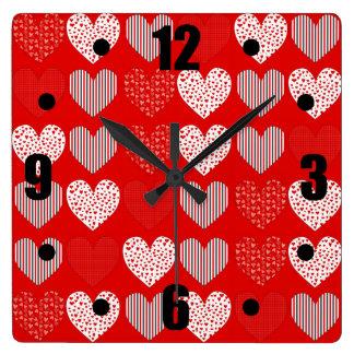 赤いハートの民芸のコラージュ スクエア壁時計