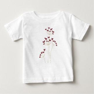 赤いハートの花の国は愛を整えます ベビーTシャツ