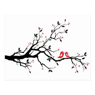 赤いハートの葉が付いているツリーブランチのキスをするな鳥 ポストカード