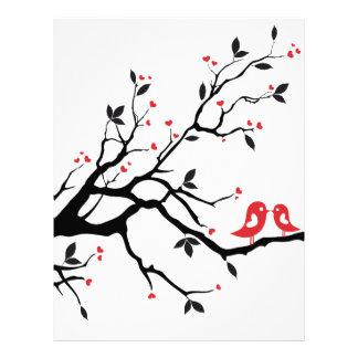 赤いハートの葉が付いているツリーブランチのキスをするな鳥 レターヘッド