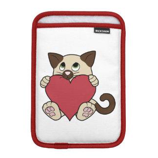 赤いハートを持つバレンタインデーのシャム猫 iPad MINIスリーブ