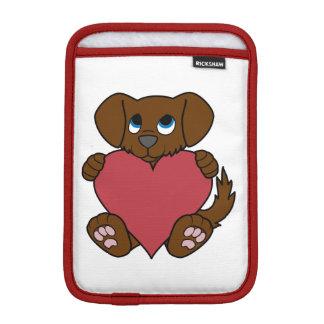 赤いハートを持つバレンタインデーのブラウンの小犬 iPad MINIスリーブ