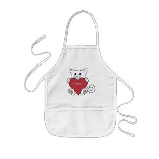 赤いハートを持つバレンタインデーの白い猫 子供用エプロン