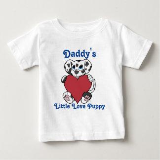 赤いハートを持つバレンタインデーのDalmatian犬 ベビーTシャツ