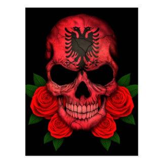 赤いバラが付いているアルバニアの旗のスカル ポストカード