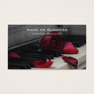 赤いバラが付いているピアノ鍵 名刺