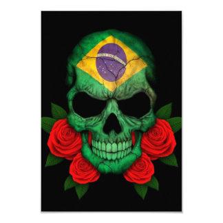 赤いバラが付いているブラジルの旗のスカル カード