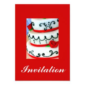 赤いバラが付いている白いケーキ カード