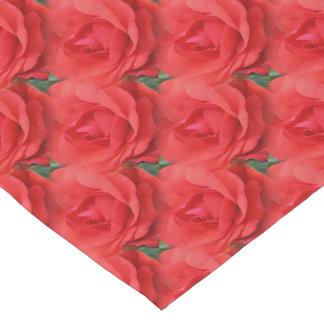 赤いバラによっては自然パターンが開花します ショートテーブルランナー