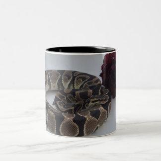 赤いバラのマグを持つバンドを付けられた王室のな大蛇 ツートーンマグカップ