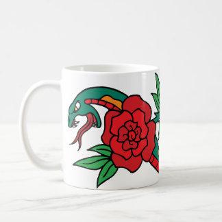 赤いバラの入れ墨の芸術のまわりで包まれたなヘビ コーヒーマグカップ