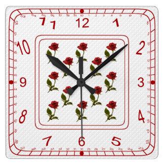 赤いバラの花の正方形、白い格子パターン スクエア壁時計