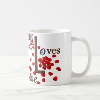 赤いバラの花びらの愛メッセージと襲って下さい ベーシックホワイトマグカップ