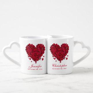 赤いバラの花びら愛ハートの結婚 ペアカップ
