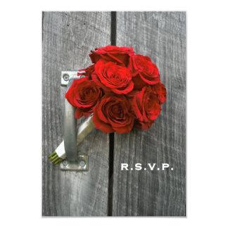 赤いバラの花束及び納屋木製の結婚RSVP カード