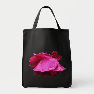 赤いバラの雨滴の花 トートバッグ