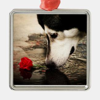 赤いバラを持つアラスカンマラミュート メタルオーナメント