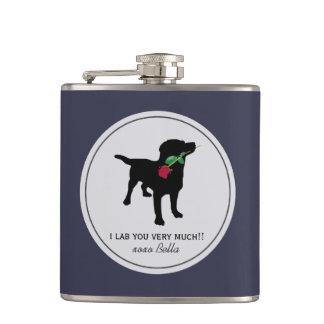 赤いバラを握っているかわいく黒い実験室のバレンタイン犬 フラスク