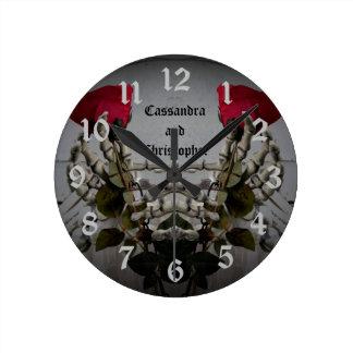赤いバラを握るロマンチックなゴシック様式skelton手 ラウンド壁時計