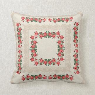 赤いバラ及びレースの花盛りの枕 クッション