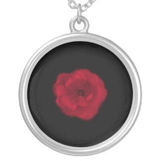 赤いバラ。 黒い背景 シルバープレートネックレス