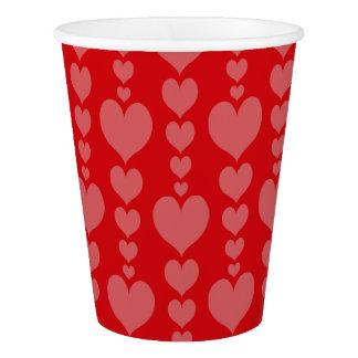 赤いバレンタインデーの紙コップおよびピンクのハート 紙コップ