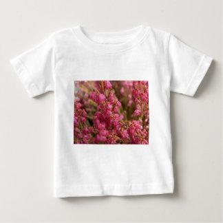 赤いヒースの花 ベビーTシャツ