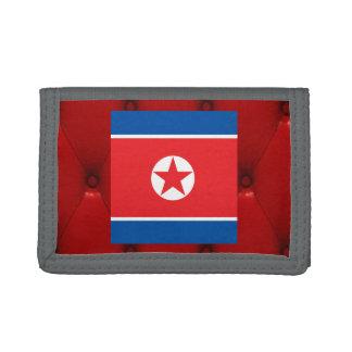 赤いビロードの背景の北朝鮮のファンシーな旗 ナイロン三つ折りウォレット