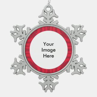 赤いフレームを持つ銀製の雪片のオーナメント スノーフレークピューターオーナメント